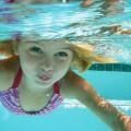 ما أسباب حرقة العين بعد السباحة؟