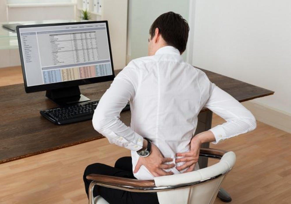 كيفية الجلوس بشكل صحيح في العمل للحفاظ علي صحتك ؟