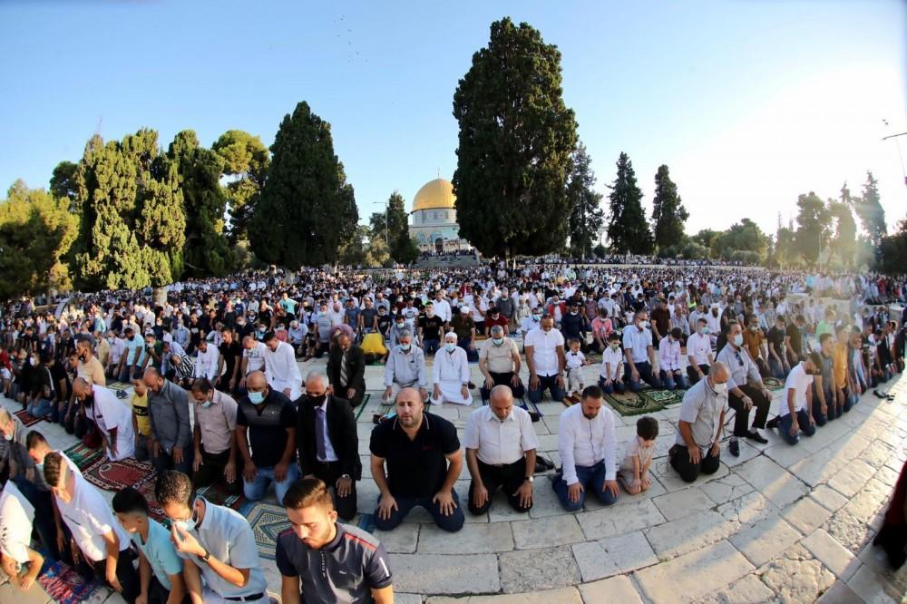 مصلون يؤدون صلاة العيد في رحاب الأقصى