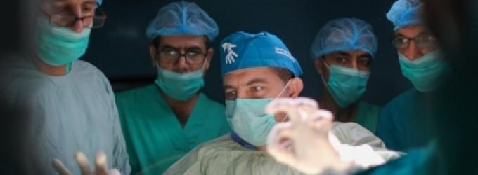 وفد أمريكى يجرى عمليات حقن لدوالى الساقين في مستشفى الأندونيسى