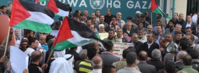 احتجاجات أمام مقر الأونروا في غزة (اليوم)