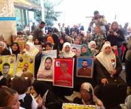 ذوو الأسرى يواصلون اعتصامهم أسبوعيا في مقر الصليب الأحمر/ تصوير: عبد الله كرسوع