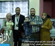 محررون يتجولون في معرض صورهم إبان اعتقالهم/ تصوير: علاء السراج