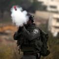 جنود الاحتلال يطلقون قنابل الغاز