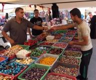 سوق النصيرات قبلة المواطنين مع قرب العيد -تصوير/ عطية درويش