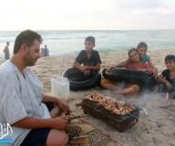 إفطار الغزيين على شاطئ البحر