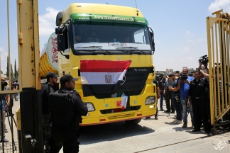 دخول السولار المصري لمحطة توليد الكهرباء بغزة عبر معبر رفح اليوم. عدسة | عطية درويش
