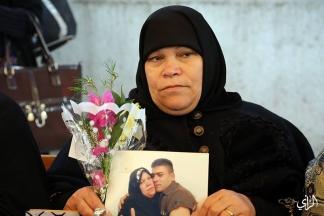 أمهات الأسرى يحملن الورود خلال اعتصامهم الأسبوعي بالتزامن مع قدوم يوم الأم – تصوير/ عطية درويش