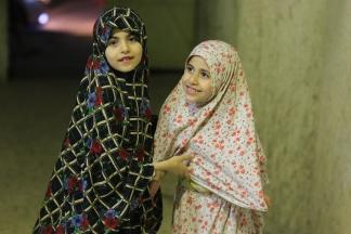 طفلتان خلال ذهابهن لصلاة التراويح في غزة. تصوير | عطية درويش