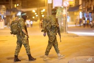 عناصر من كتائب القسام يحرسون منازل المواطنين أثناء إحياء ليلة القدر. تصوير: عطية درويش