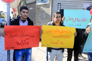 صور   وقفة طلابية لإظهار تأثير أزمة الكهرباء على الطلبة في مدينة غزة قبل قليل. تصوير: علاء السراج