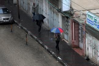 صور: حركة المواطنين في شوارع مدينة غزة مع بلوغ المنخفض الجوي ذروته صباح اليوم تصوير: عطية درويش