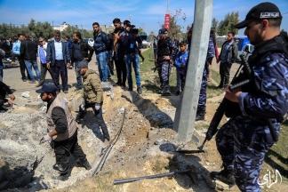 مكان الانفجار الذي استهدف موكب رئيس الوزراء رامي الحمد الله – تصوير/ عطية درويش